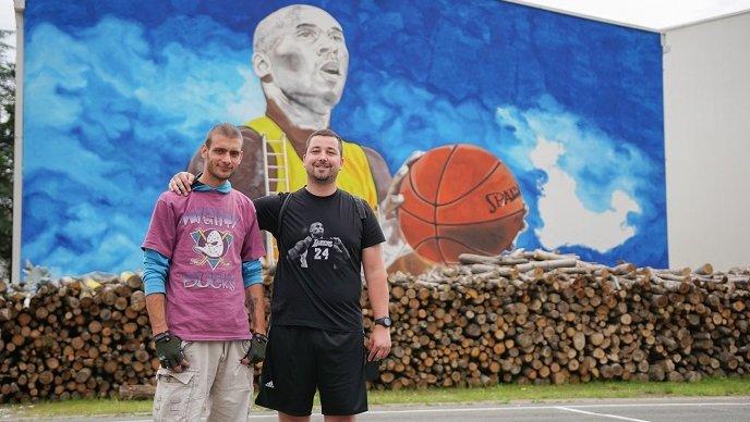 Ogulin.eu Divovski mural u Bryantovu čast na zidu škole u BiH